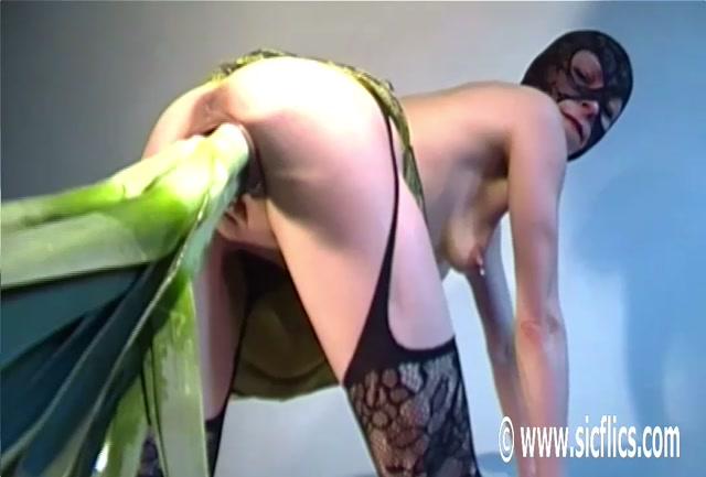 Bella_stuffs_her_giant_pussy.00018.jpg