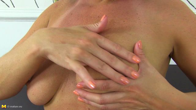 Mature.nl_-_Raven__EU___34__-_British_Milf_Fingering_Herself_-_26.08.2016.wmv.00002.jpg