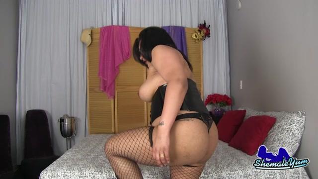 Shemaleyum_-_Sexy_BBW_Leah_Nova_Strokes_Her_Cock__-_02.08.2016.mp4.00002.jpg