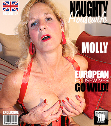 1_Mature.nl_presents_Molly_V.__EU___51__in_British_Housewife_Playing_with_Her_Toys_-_16.09.2016.jpg