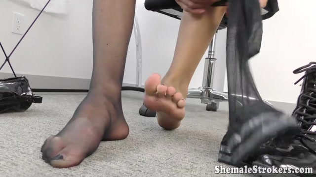 Shemalestrokers_presents_Luna_in_Dom_Trans_Cutie_Needs_You_To_Worship_Her_Feet_Then_Beat_That_Meat__-_21.09.2016.mp4.00000.jpg