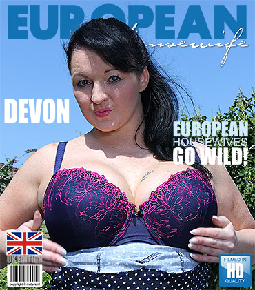 1_Mature.nl_presents_Devon__EU___37__in_Big_Breasted_Housewife_Playing_Outside_-_05.10.2016.jpg