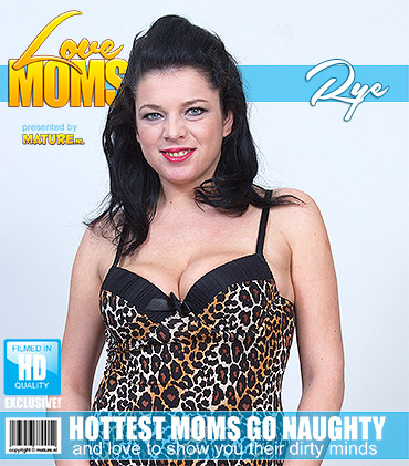 1_Mature.nl_presents_Rye_S.__30__in_Horny_Mom_Goes_Wild_-_07.10.2016.jpg