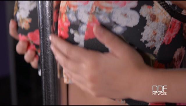 Watch Online Porn – DDFNetwork – DDFBusty presents Lucy Li in Busty Bombshell On A Pole – Watch Big Titties Shake! – 04.10.2016 (MP4, SD, 950×540)