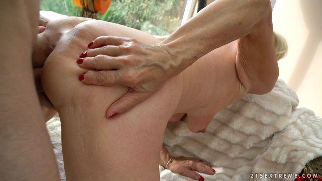 LustyGrandmas_presents_Granny_Szuzanne_Loves_Young_Cocks.mp4.00011.jpg
