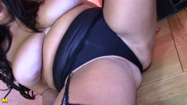 Mature.nl_presents_Lulu__EU___49__in_British_mature_woman_playing_with_herself_-_28.10.2016.mp4.00009.jpg