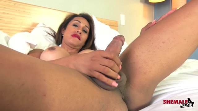 Shemale.xxx_presents_Gorgeous_Luna_Strokes_her_Cock_-_21.10.2016.mp4.00010.jpg