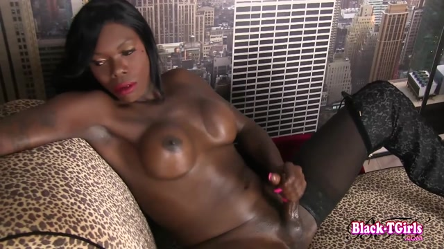 Black-tgirls_presents_Sexy_Gezelle_Shakes_Her_Booty__-_10.11.2016.mp4.00012.jpg