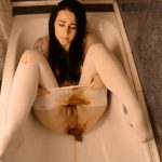 Scat – Girl in pantyhose shitting in bath and smearing feces on body