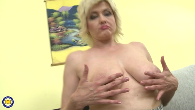 Mature.nl_presents_Sandra_G.__48__in_Naughty_housewife_fingering_herself_-_28.12.2016.mp4.00004.jpg
