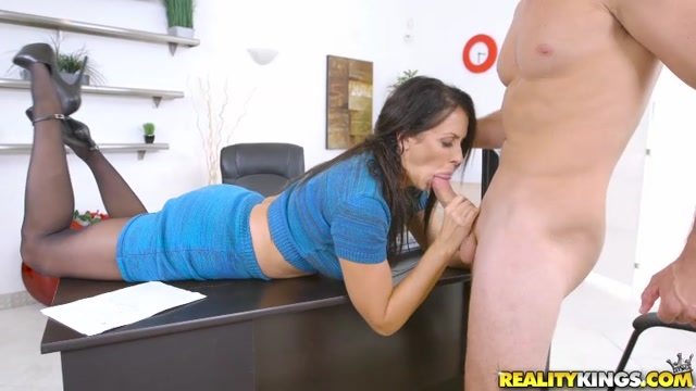 RealityKings_-_MilfHunter_presents_Reagan_Foxx_in_Ms_Maturity_-_26.12.2016.mp4.00003.jpg
