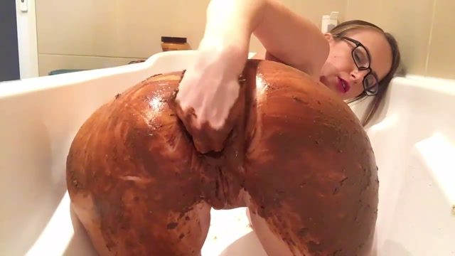 Scat_-_Girl_covered_feces_in_bath_masturbates_dirty_anal_hole_and_pussy.mp4.00006.jpg
