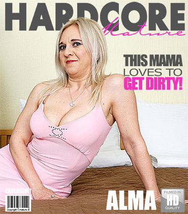 1_Mature.nl_presents_Alma__40__in_This_mama_loves_to_get_dirty_-_20.01.2017.jpg