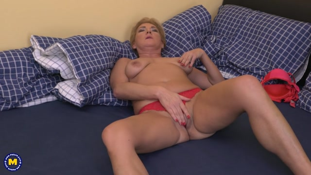 Mature.nl_presents_Jazmin__45__in_Horny_housewife_fingering_herself_-_03.01.2017.mp4.00005.jpg