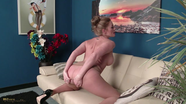 Watch Online Porn – Pantyhosed4U presents Holly Kiss in Love to tease! – 11.01.2017 (MP4, FullHD, 1920×1080)