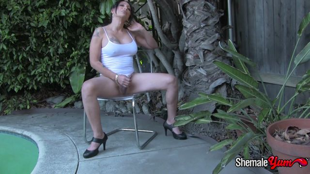 Shemaleyum_presents_Samantha_Gets_Naked_In_Buddys_Back_Yard__-_26.01.2017.mp4.00001.jpg