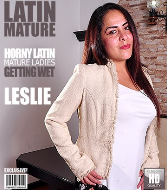 1_Mature.nl_presents_Leslie_A.__39__in_Latin_housewife_playing_with_her_toys_-_02.02.2017.jpg