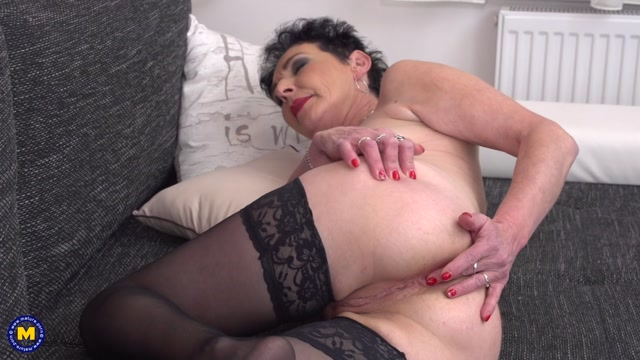 Mature.nl_presents_Elana_S.__53__in_horny_housewife_masturbating_on_the_couch_-_06.02.2017.mp4.00008.jpg