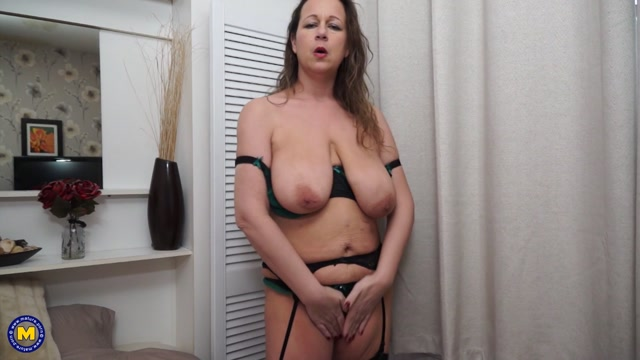 Mature.nl_presents_Eva_Jayne__EU___44__in_British_big_breasted_mom_fooling_around_-_21.02.2017.mp4.00003.jpg