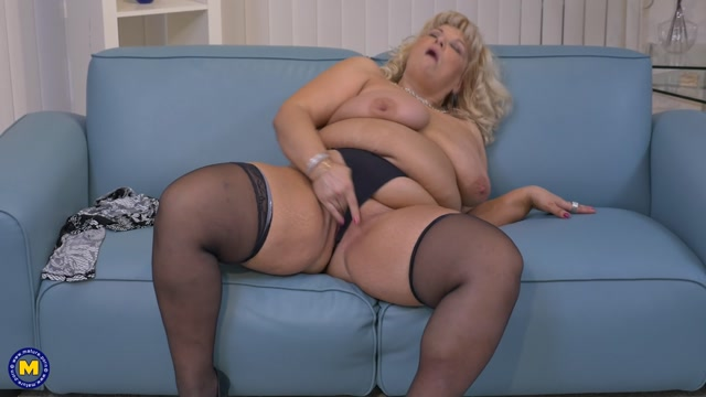 Bbw fingering herself