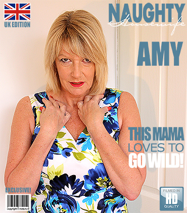 1_Mature.nl_presents_Amy__EU___54__in_British_Amy_gets_a_present_from_a_fan_-_14.03.2017.jpg
