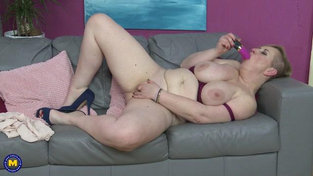 girl sucks squirting dildo