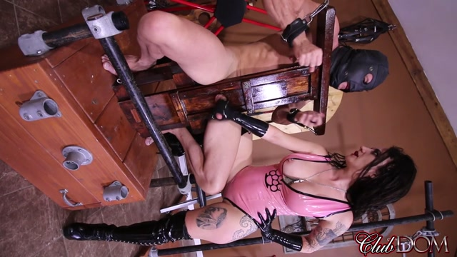 CLUBDom_presents_Goddess_Vivian_Leigh_in_Goddess_Vivian_Drains_Her_Slave.mp4.00010.jpg