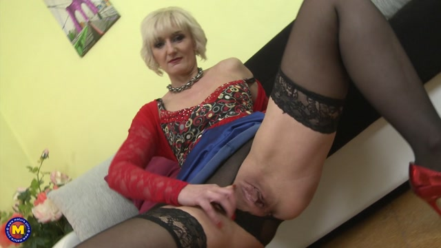 Mature.nl_presents_Marnie__45__in_naughty_housewife_fingering_herself_-_17.04.2017.mp4.00004.jpg