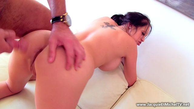 JacquieEtMichelTV_presents_Kelly_avait_bien_besoin_dun_massage___-_15.05.2017.mp4.00012.jpg