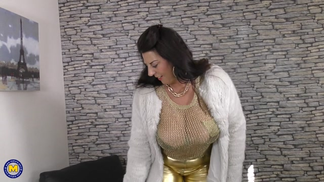 Mature.nl_presents_Lulu__EU___50__in_British_big_breasted_housewife_playing_with_her_toys_-_13.05.2017.mp4.00001.jpg