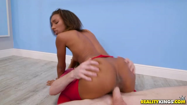 RealityKings_-_RoundAndBrown_presents_Raven_Wylde_in_Watch_Me_Twerk_-_19.05.2017.mp4.00005.jpg