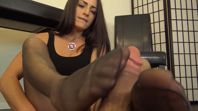 The_Foot_Fantasy_-_TEACHER_CLEO_MESMERIZES_YOU_and_GIVES_YOU_A_PANTYHOSE_FOOTJOB.mp4.00011.jpg