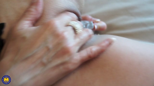 Mature.nl_presents_Cass__EU___45__in_British_housewife_Cass_loves_fingering_herself_-_30.06.2017.mp4.00012.jpg