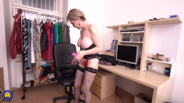 Mature.nl_presents_Maris__53__in_Naughty_housewife_fingering_herself_-_08.06.2017.mp4.00013.jpg