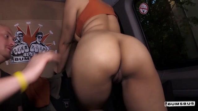 Watch Online Porn – PorndoePremium – BumsBus presents Alternative British babe Sigourney Beaver squirts in hot German bus fuck – 08.06.2017 (MP4, SD, 854×480)