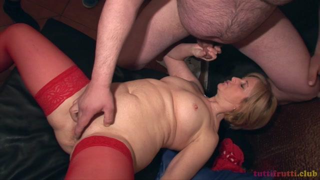 Tuttifrutti_presents_Edith__Eva_in_amateur_swinger_gang-bang_porn_with_NEW_mature_slut.mp4.00002.jpg