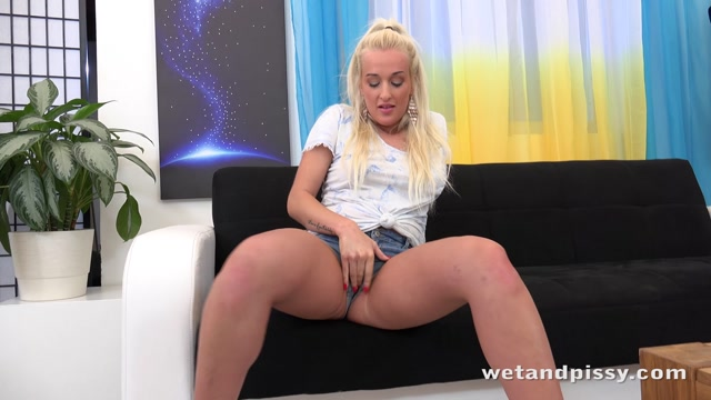 WetAndPissy_presents_Daisy_Lee_in_Golden_Curves_-_20.06.2017.mp4.00000.jpg
