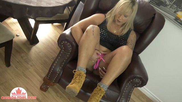 Canada-tgirl_presents_Jenny_Everheart_On_The_Couch__-_17.08.2017.mp4.00002.jpg