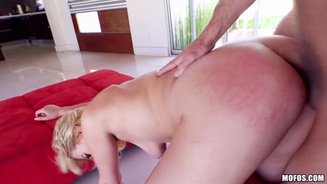 Watch Online Porn – Mofos – PervsOnPatrol presents Summer Day in Twerking Blonde Blows Insurance Guy – 11.08.2017 (MP4, SD, 854×480)
