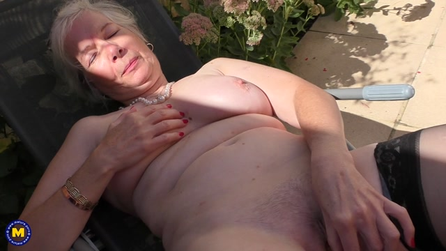 Watch Online Porn – Mature.nl presents Caroline (EU) (64) in British horny granny playing outside – 26.09.2017 (MP4, FullHD, 1920×1080)