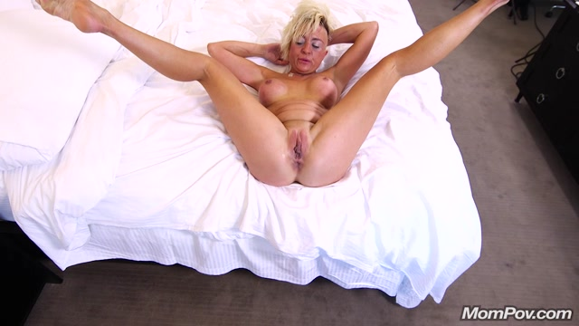 Mompov_presents_Gwen_in_Freaky_MILF_loves_to_cum_-_07.09.2017.mp4.00014.jpg