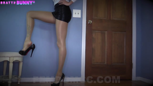 Watch Online Porn – Bratty Bunny in Pantyhose Dangling Foot and Heels Worship (MP4, FullHD, 1920×1080)