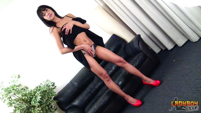 Ladyboy.xxx_presents_Minnie_Plays_On_The_Couch__-_17.10.2017.mp4.00000.jpg