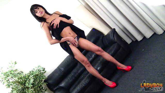 Watch Online Porn – Ladyboy.xxx presents Minnie Plays On The Couch! – 17.10.2017 (MP4, HD, 1280×720)