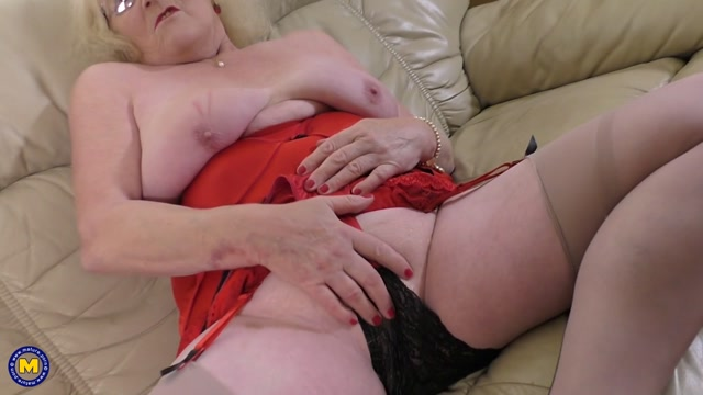 Mature.nl_presents_Claire_Knight__EU___61__in_British_housewife_fingering_herself_-_17.10.2017.mp4.00008.jpg