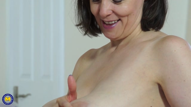Mature.nl_presents_Tigger__EU___49__in_British_big_breasted_housewife_fingering_herself_-_02.10.2017.mp4.00009.jpg