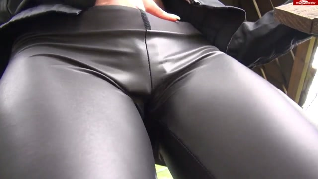Mydirtyhobby_presents_Izzy-Mendosa_-_Meine_schwarze_glanz_Leggings.mp4.00004.jpg