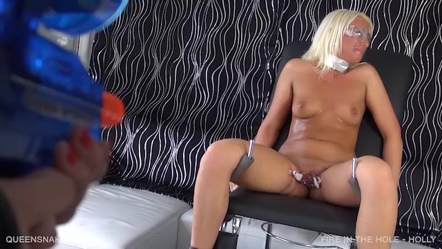 Watch Online Porn – QueenSnake presents Holly in fire in the hole – 09.09.2017 (MP4, SD, 640×360)