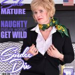 Mature.nl presents Sindee Dix (57) in American mature lady Sindee Dix playing with her toys – 19.11.2017