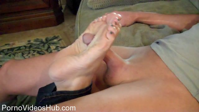 Clips4Sale_-_Shoe_Diva_Dana_presents_Dana_Devereaux_in_Sneak_Under_Moms_Soles.mp4.00011.jpg